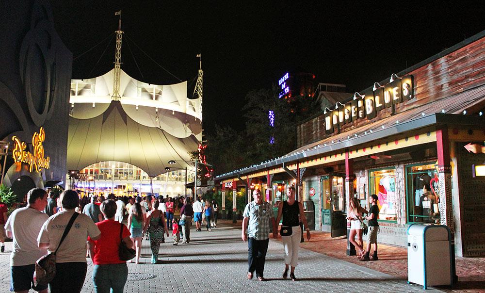 3 importantes atrações de Downtown Disney em uma única foto, Disney Quest, Cirque du Soleil, e House of Blues