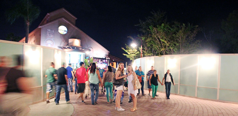 Há áreas em Downtown Disney que estão com tapumes em ambos os lados
