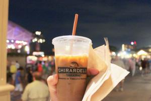 Meu café gelado com leite de soja do Ghirardelli em Downtown Disney