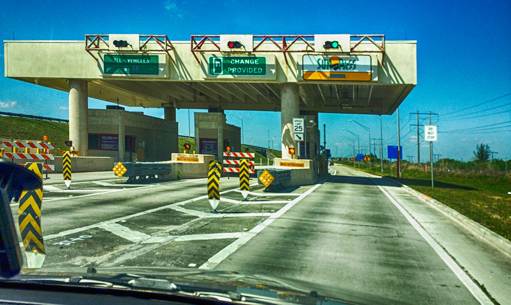 Pequena praça de pedágio em um acesso a Sawgrass Expressway, na Flórida, onde a única passagem aberta e funcionando era a do SunPass