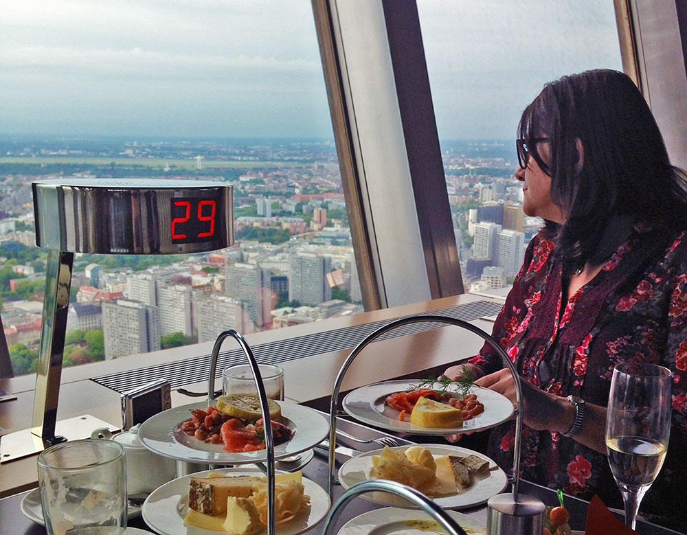 O Restaurante que fica na Torre de Berlim