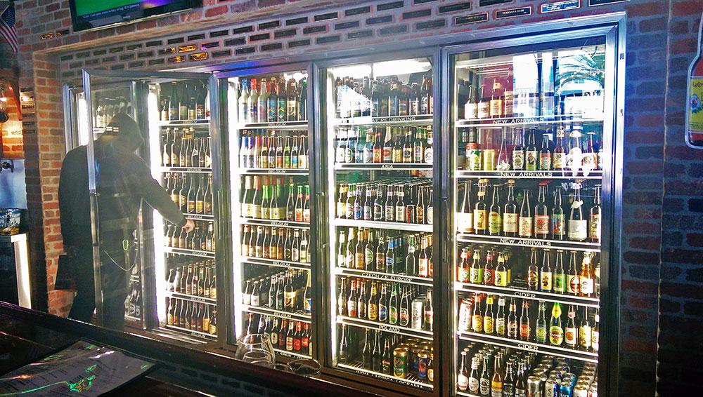 As geladeiras de cerveja na World of Beer (note a grande variedade), em Coconut Creek, Florida.