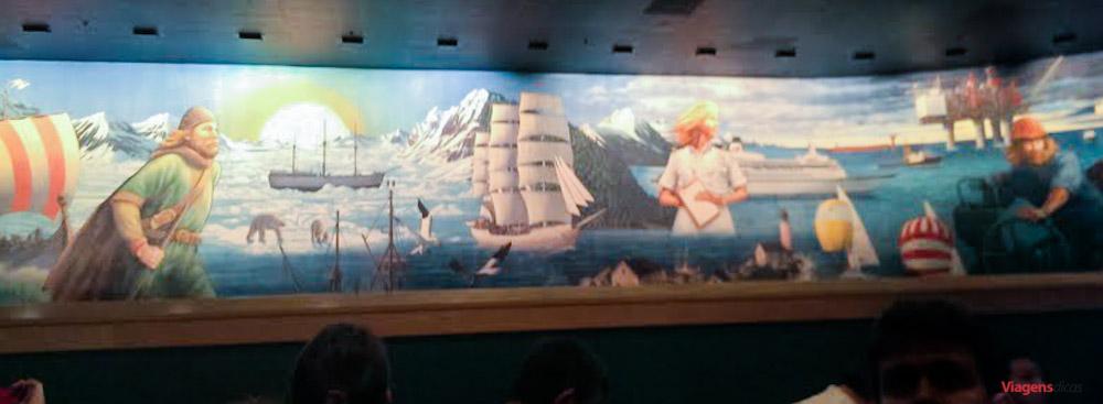 O mural no interior da atração Maelstrom já estava mostrando os sinais da idade