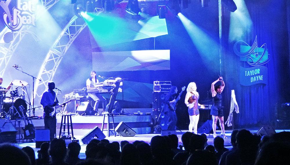 Taylor Dayne se apresentando na edição 2011 do Epcot International Food and Wine Festival