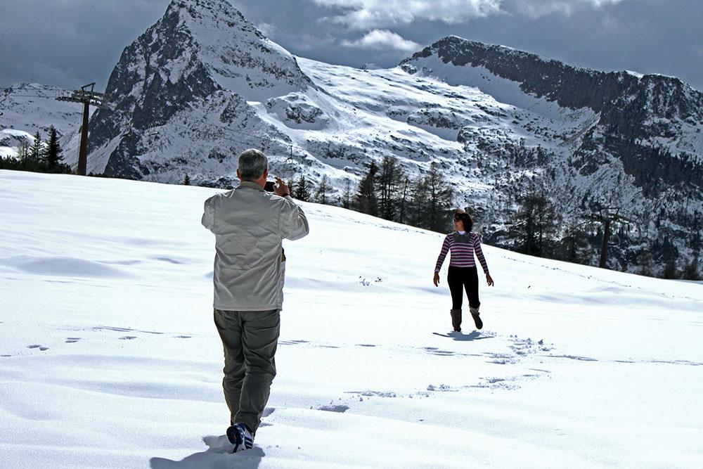 Meus pais brincando na neve no Passo Rolle no mês de Maio, definitivamente fora do inverno