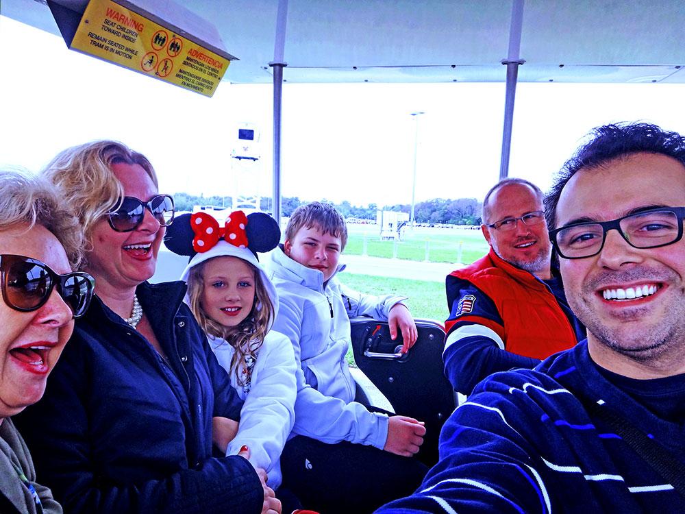 No tram do estacionamento para o parque Disney's Animal Kingdom em Janeiro de 2015