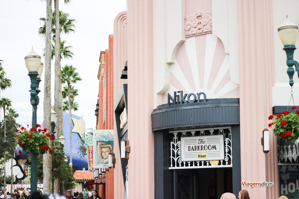 O chapéu do Mickey com uma parte já faltando visto do início da Hollywood Boulevard, no parque Disney's Hollywood Studios