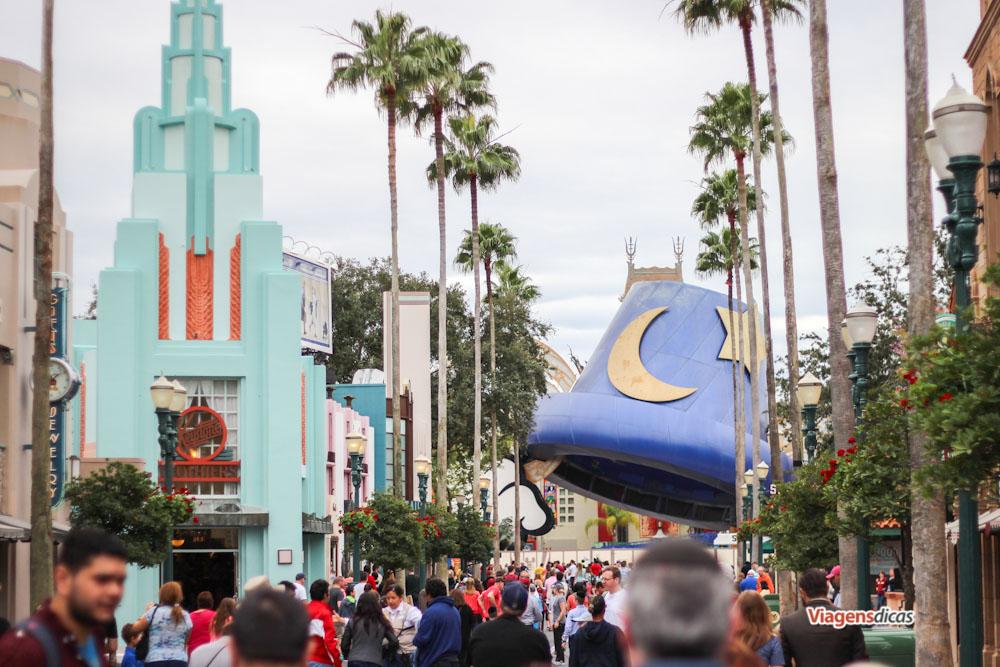 O chapéu do Mickey sendo retirado no parque Disney's Hollywood Studios em Janeiro de 2015