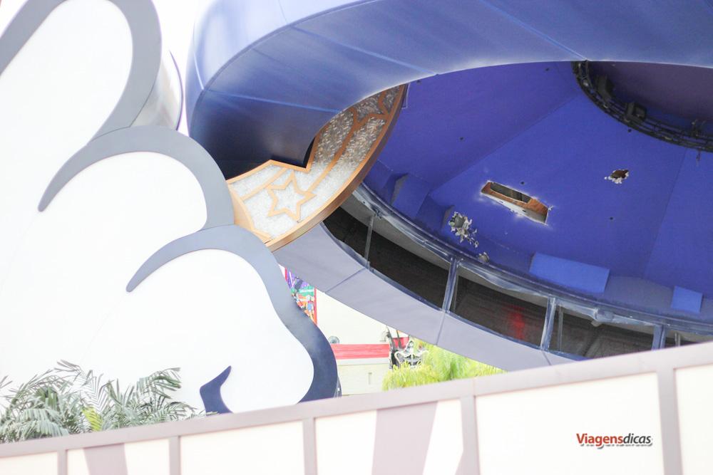 O chapéu do Mickey sendo desmantelado no parque Disney's Hollywood Studios em Janeiro de 2015