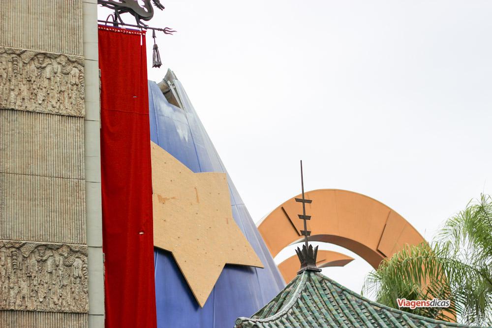 O chapéu do Mickey com a parte de cima já ausente visto a partir do teatro chinês, no parque Disney's Hollywood Studios em Janeiro de 2015
