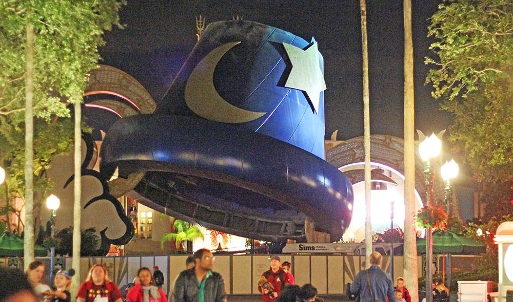 O chapéu do Mickey parcialmente desmontado visto aqui no final do dia