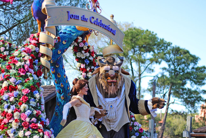 A Bela e a Fera no desfile Festival of the Fantasy Parade, no parque Disney's Magic Kingdom