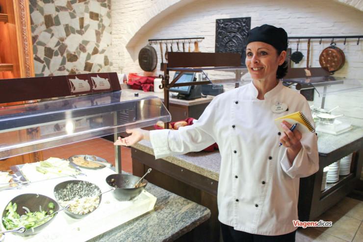 A chef Jen me explicando quais das diversas opções do buffet eu poderia e não poderia comer