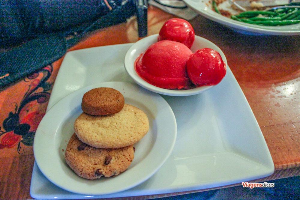 Minha sobremesa especial sem lactose: Sorbet de frutas vermelhas e cookies no restaurante Akershus