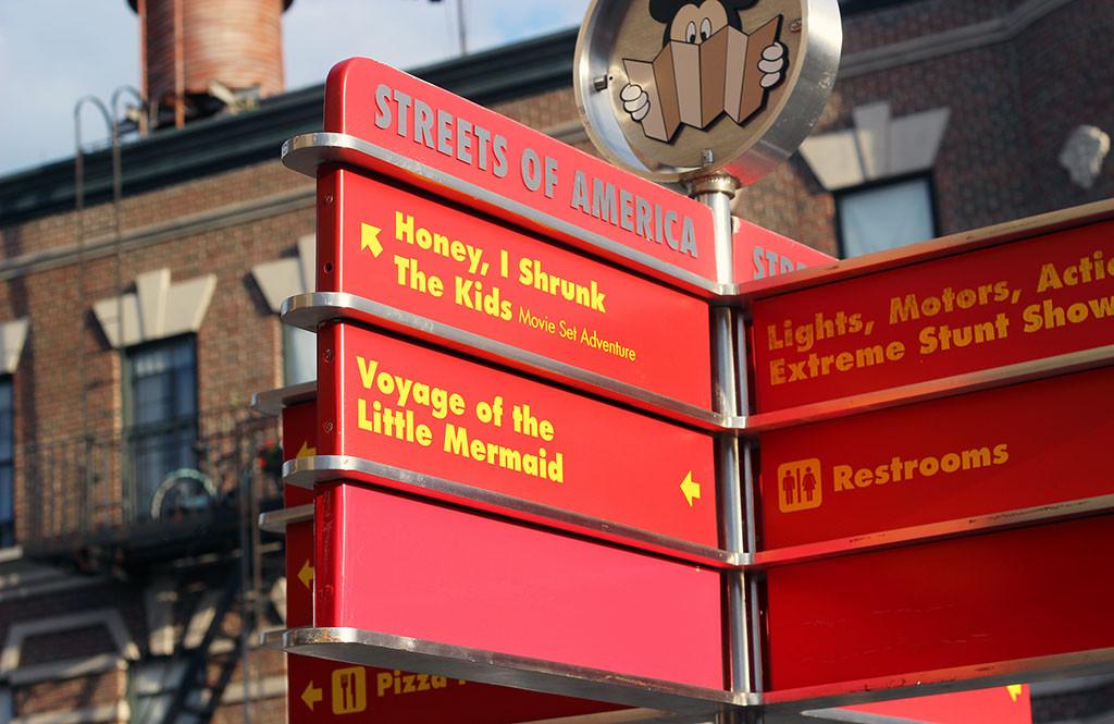 Placa com nome de atrações no parque Disney's Hollywood Studios