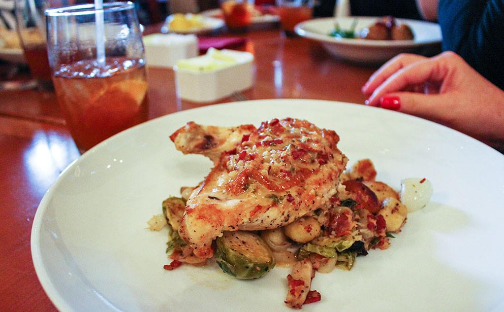 Belo (e delicioso) frango sobre berço de legumes, no Restaurante Akershus, no parque Epcot