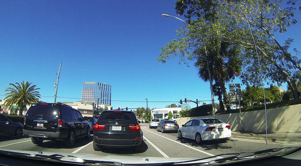 Carros virando à direita com o semáforo em luz vermelha