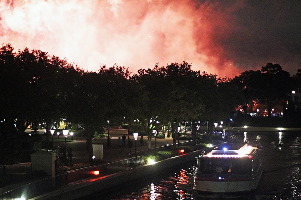 Um barco da Disney e os fogos do show Illuminations: Reflections of Earth, no Epcot