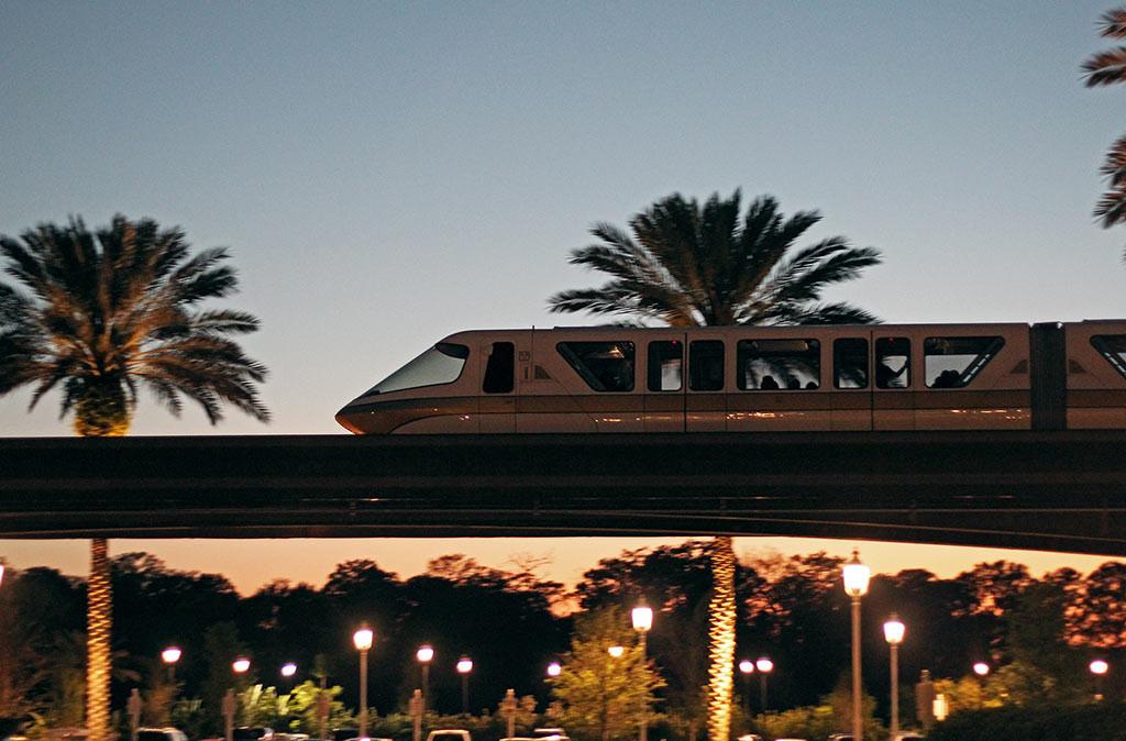 O Monorail, meio de transporte que também é uma atração