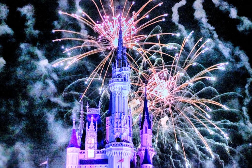 O Castelo da Cinderela, com os fogos de artifício de Wishes por trás