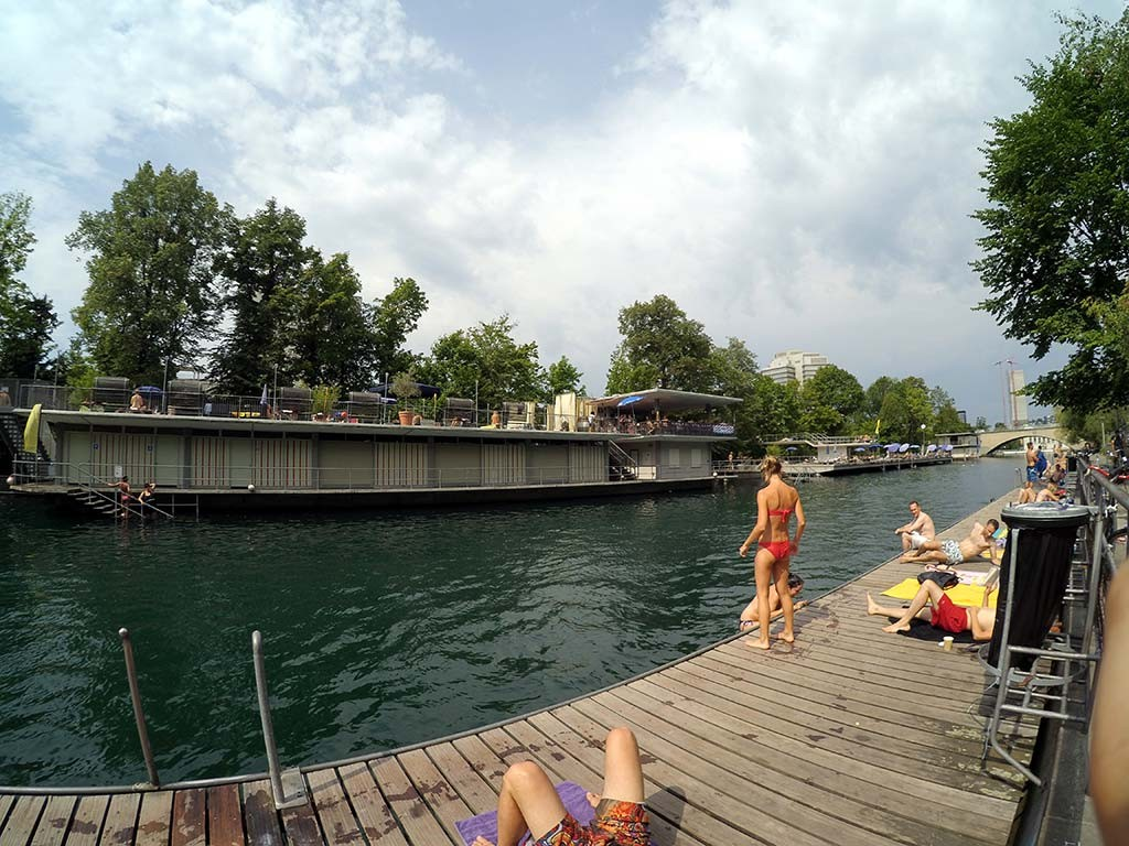 "Letten, a ""praia"" de Zurich."