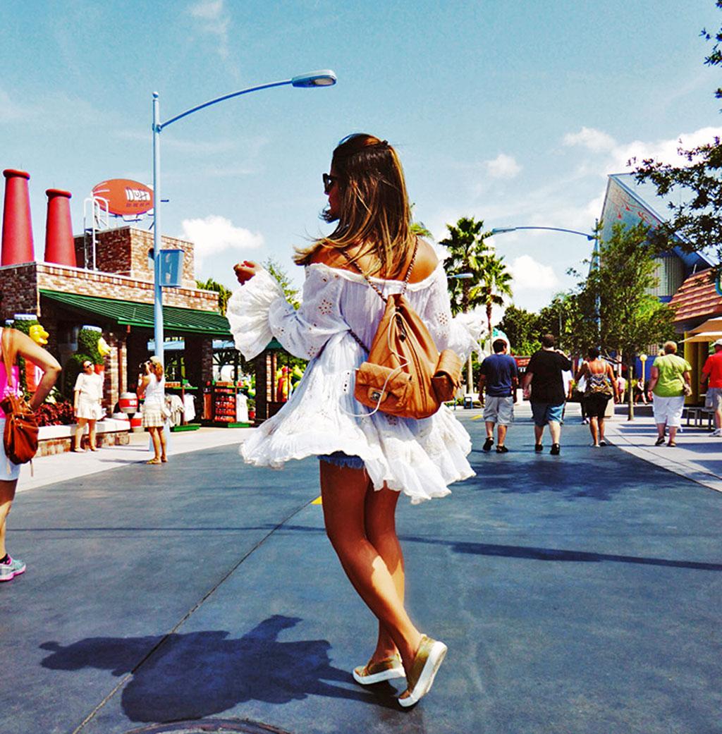 Foto da blogueira Thássia do blogdathassia.com.br usando um vestido ideal para um passeio no final da tarde na área dos Simpson no parque Universal Studios Florida