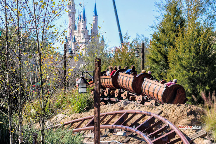 O trem da atração Seven Dwarfs Mine Train, com o Castelo da Cinderella ao fundo, no parque Disney's Magic Kingdom