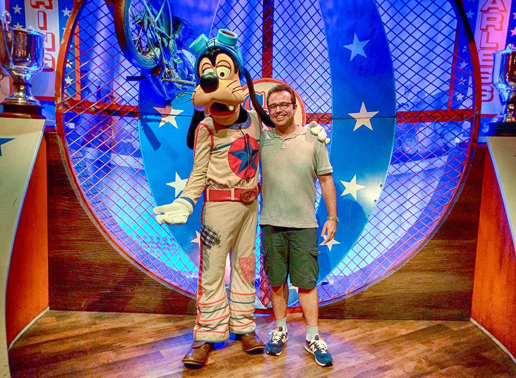 Eu e o Pateta, na versão The Great Goofini, no Pete's Silly Sideshow, que fica em Storybook Circus, uma subdivisão da Fantasyland