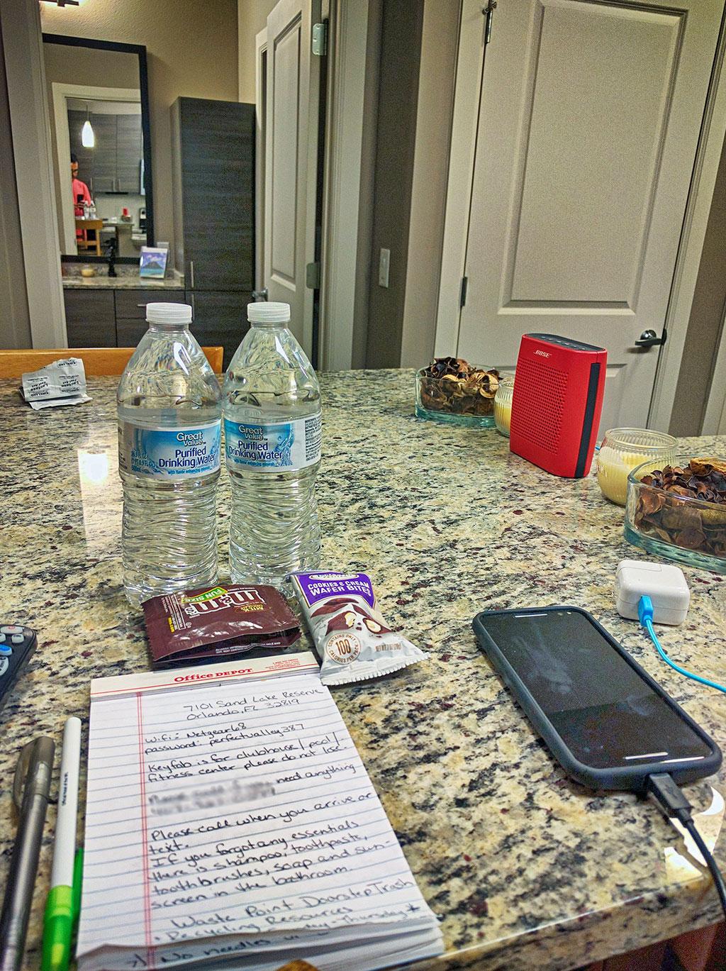 O dono do apartamento que aluguei em Orlando via Airbnb deixou águas, chocolates, e um bilhete escrito à mão com instruções e senha do Wi-Fi