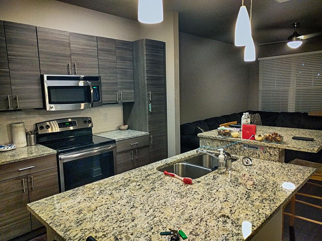 O apartamento que eu aluguei pelo Airbnb em Orlando tinha uma cozinha muito bonita e mega completa