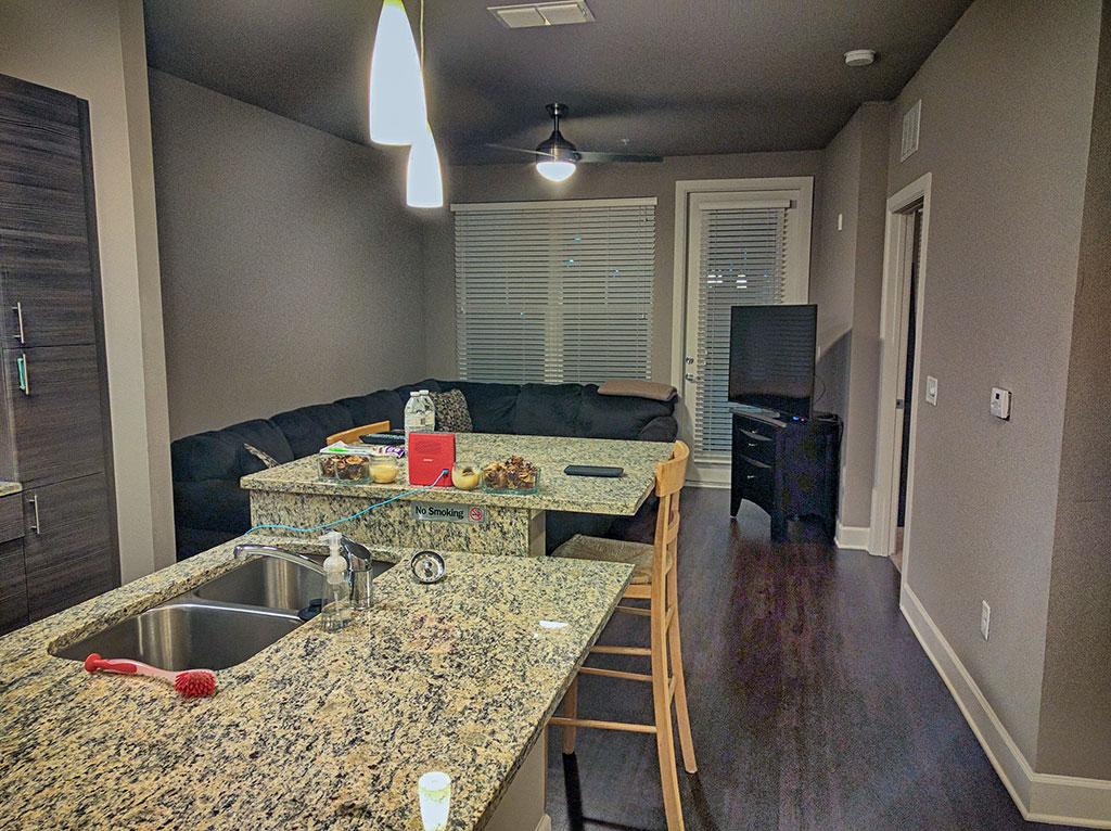 A sala do apartamento que eu aluguei em Orlando pelo Airbnb possuía um sofá super confortável e uma TV daquelas côncavas, super novas