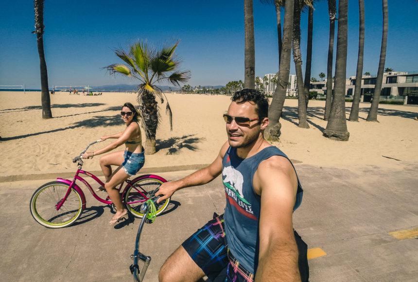 Daniel e Mel Darugna andando de bike em Venice Beach, Califórnia